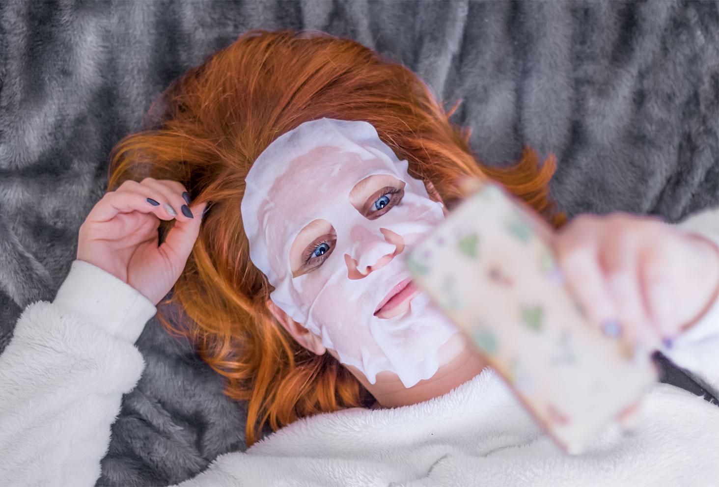 Masque en tissu sur le visage allongée sur un plaid gris