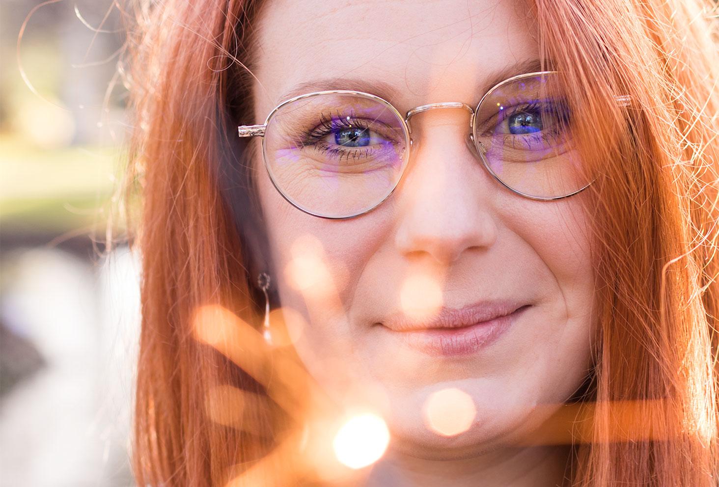 Zoom sur le visage et les lunette argentées de Sandie