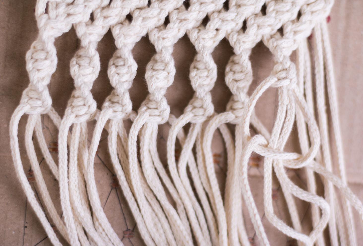 Une rangée de noeuds torsadés d'un macramé