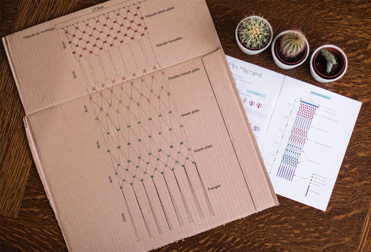 Schéma fait en dessin sur un carton d'un macramé avec mesures des noeuds