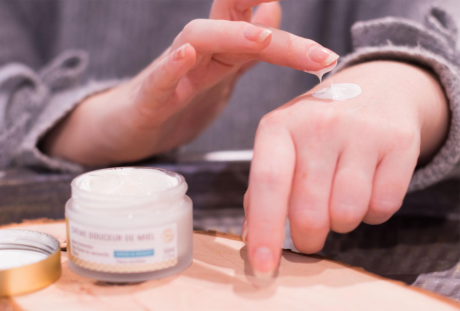 Zoom sur l'utilisation de la crème Douceur de Miel sur la main et zoom sur la texture épaisse du produit