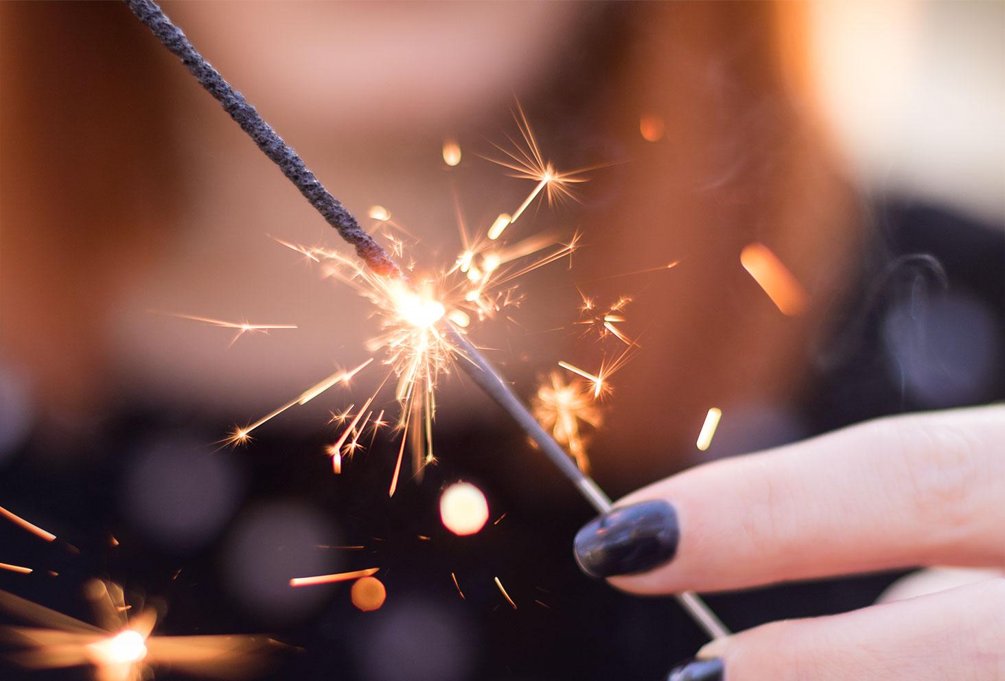 Zoom sur une bougie magique et ses étincelles pour la nouvelle année