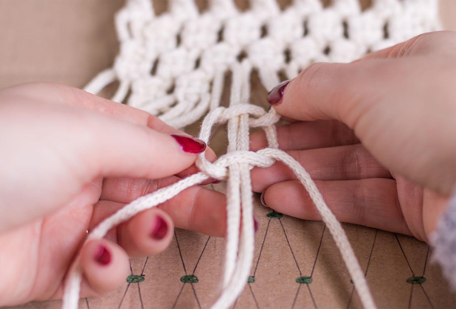 Zoom sur un noeud plat double en construction d'un macramé