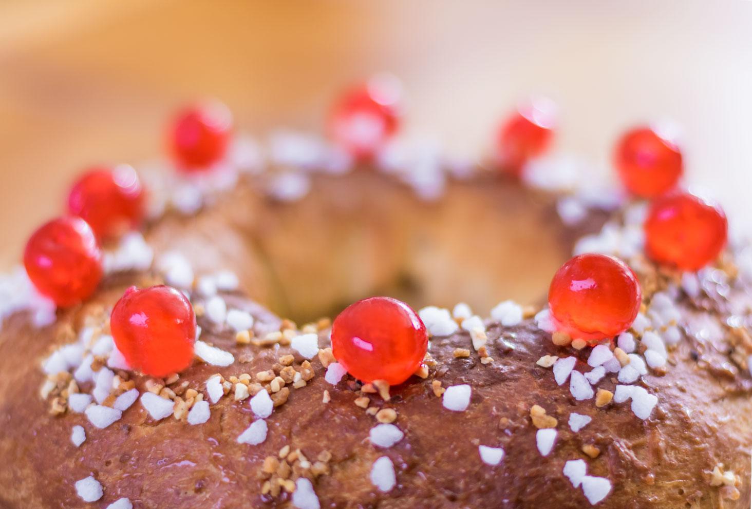 Zoom sur les cerises confites déposées sur le dessus de la couronne des rois au beurre de cacahuètes