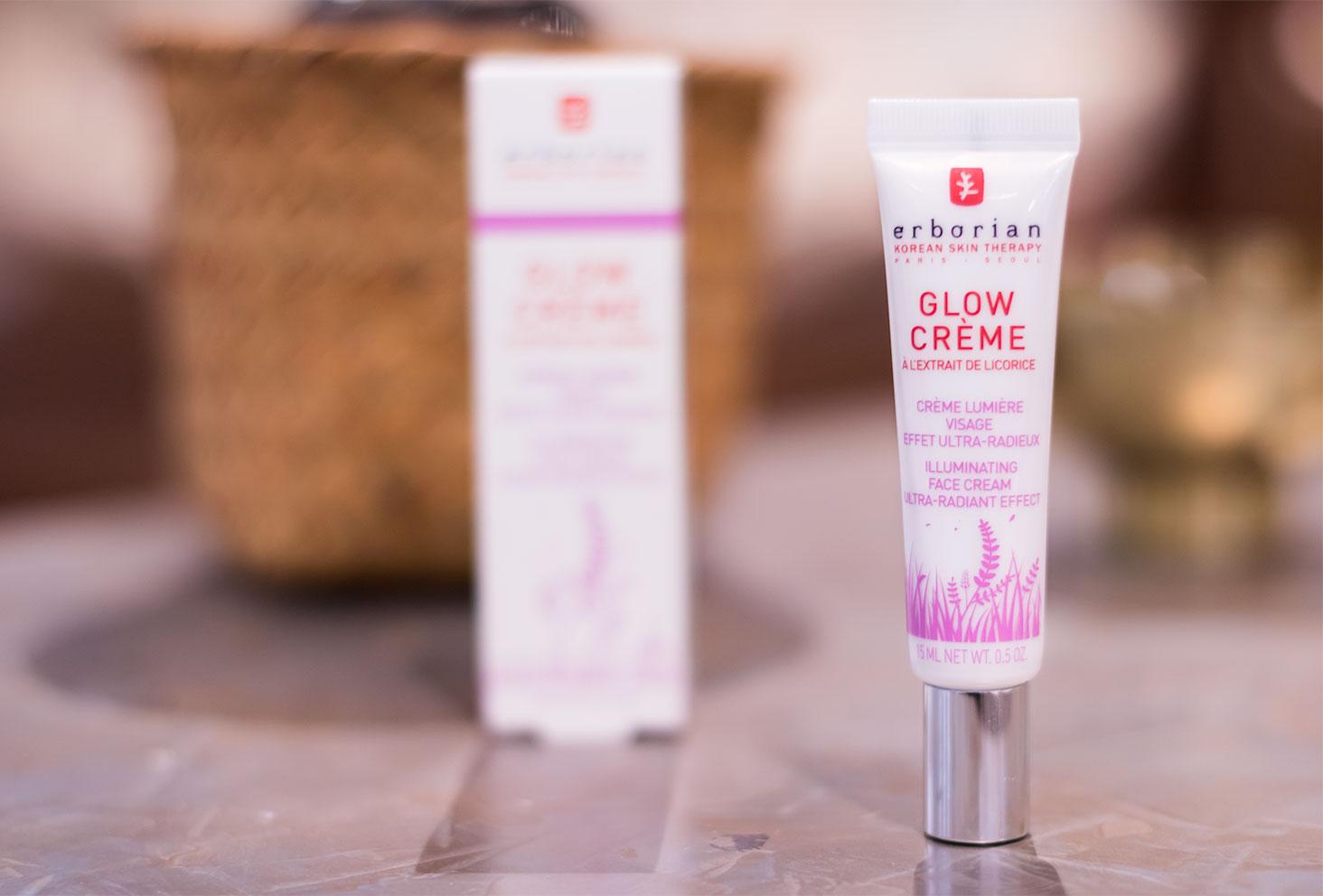 Zoom sur le packaging de la Glow crème par Erborian posé sur une table