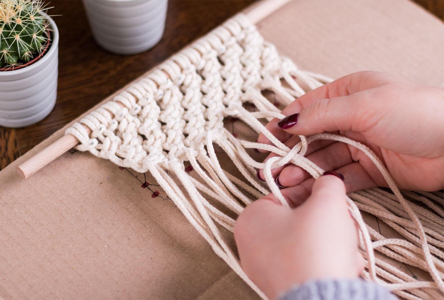Zoom sur un noeud demi plat en construction d'un macramé