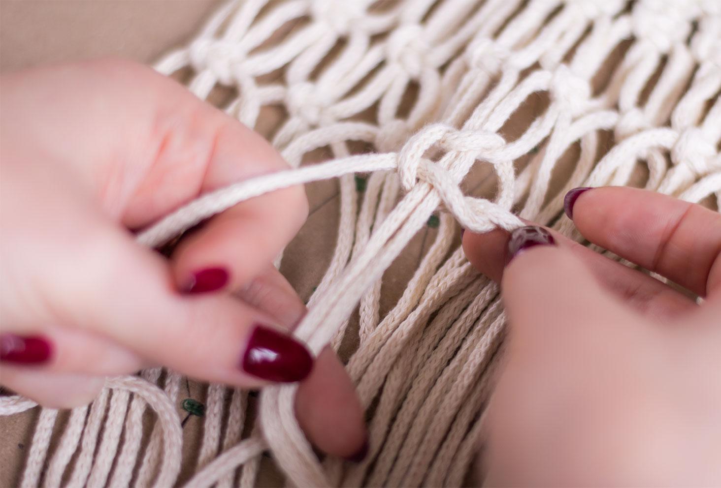 Zoom sur un noeud plat espacé en construction d'un macramé