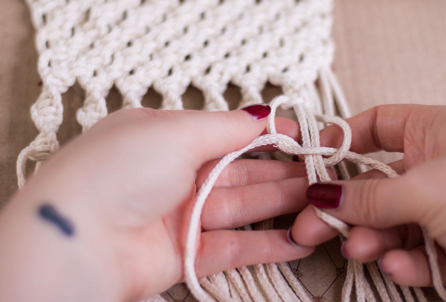 Zoom sur un noeud torsadé en construction d'un macramé