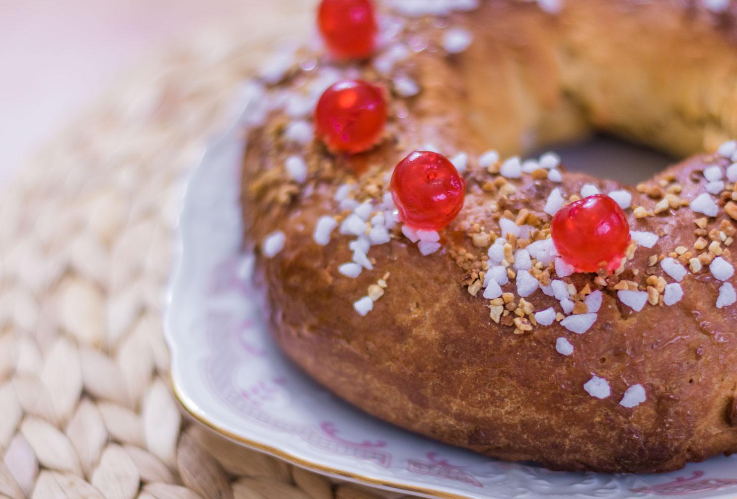 Zoom sur la couleur dorée, les cerises confites, les perles de sucre et le pralin de la couronne des rois au beurre de cacahuètes