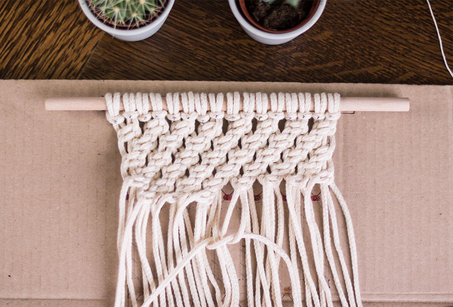Une rangée de noeuds demi plats d'un macramé