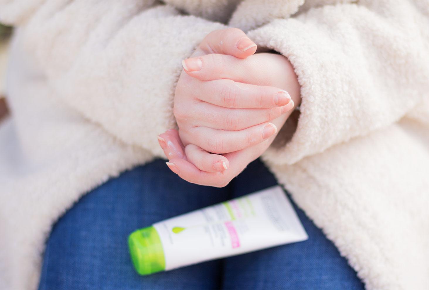 Application sur les mains de la crème surgras et réparatrice Evoluderm