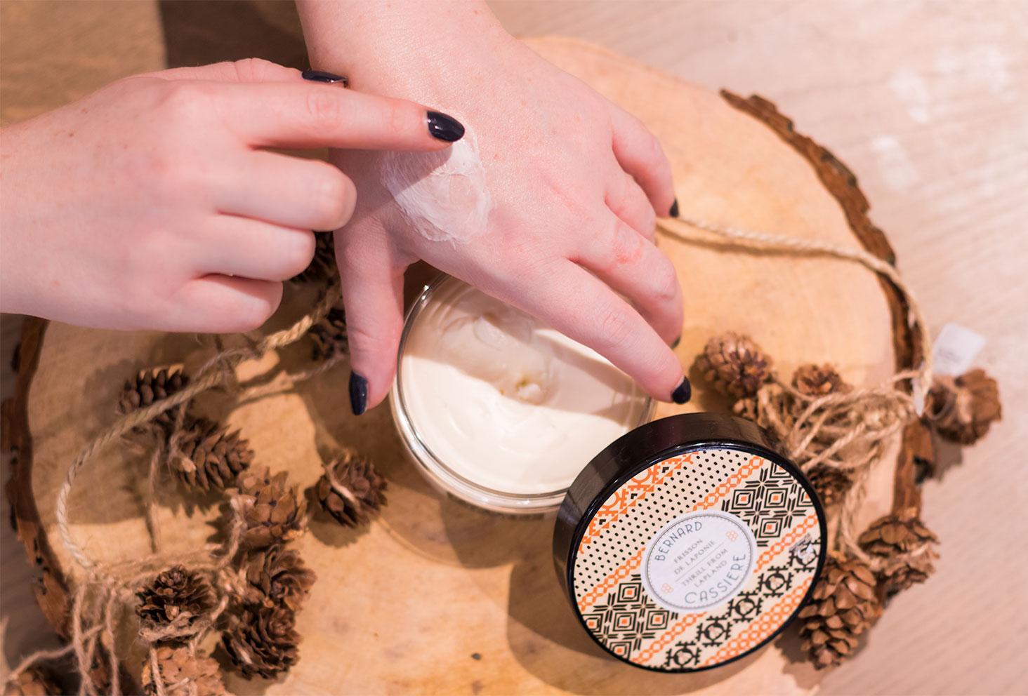 Zoom sur la texture du baume ultra-nourrissant Frisson de Laponie sur la main