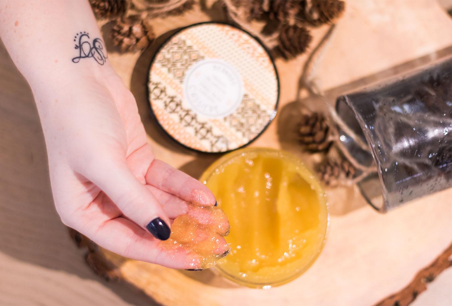 Zoom sur la texture du gommage corporel Frisson de Laponie sur la main