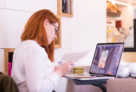 Devant l'ordinateur ouvert, les feuilles et le stylo en main et un opéra matcha pour réconfort durant le second bilan de formation