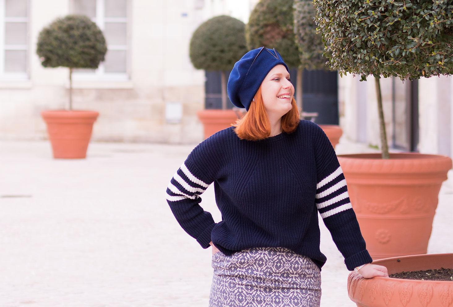 Zoom pull bleu loose et sportswear dans un look en camaïeu de bleu
