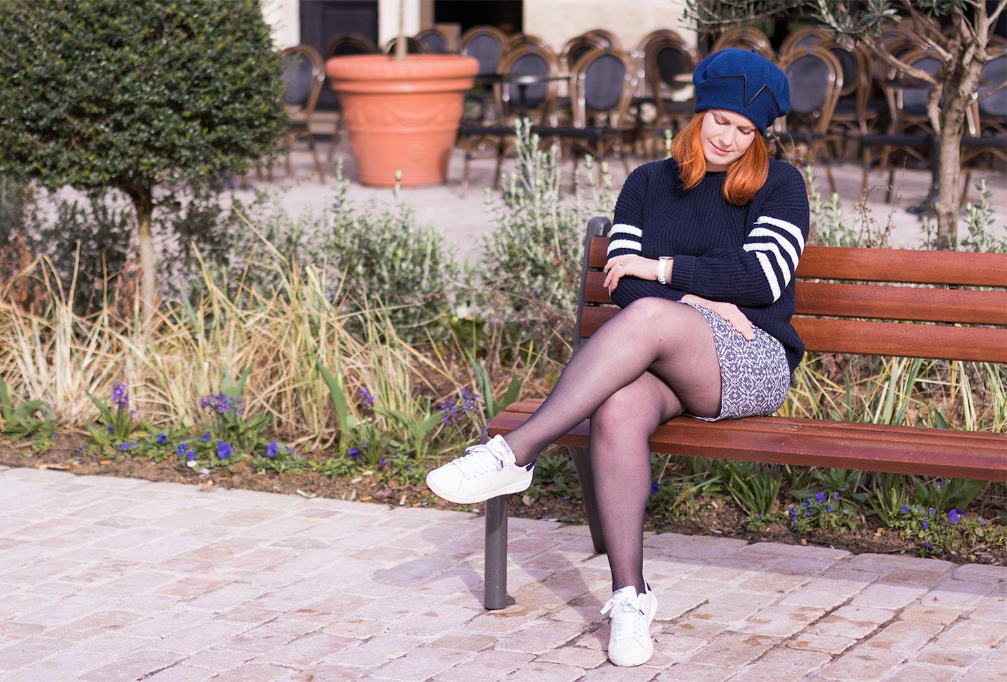 Look en camaïeu de bleu entier assise sur un banc