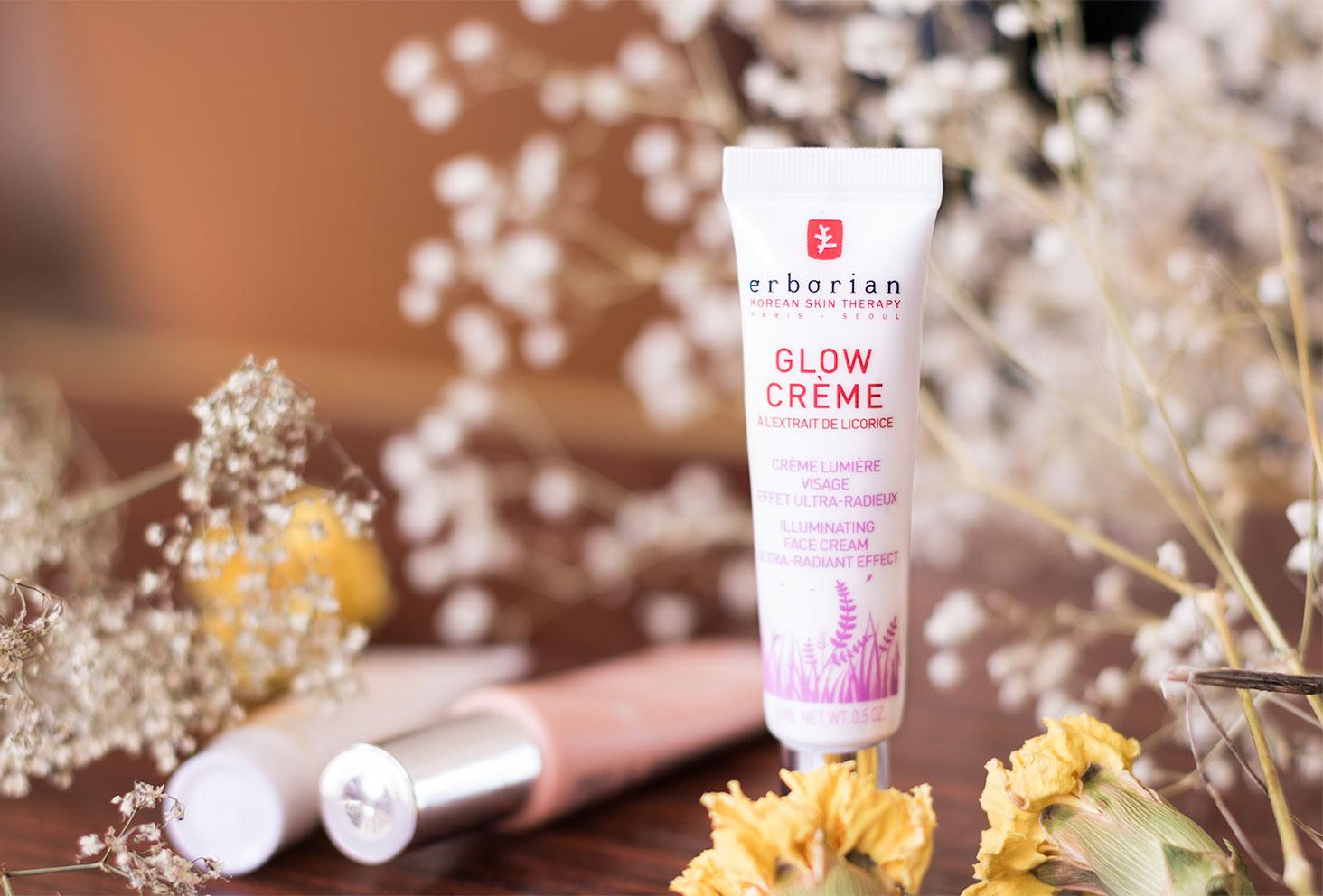 La Glow Crème par Erborian déposée debout sur une table en bois entre les fleurs séchées