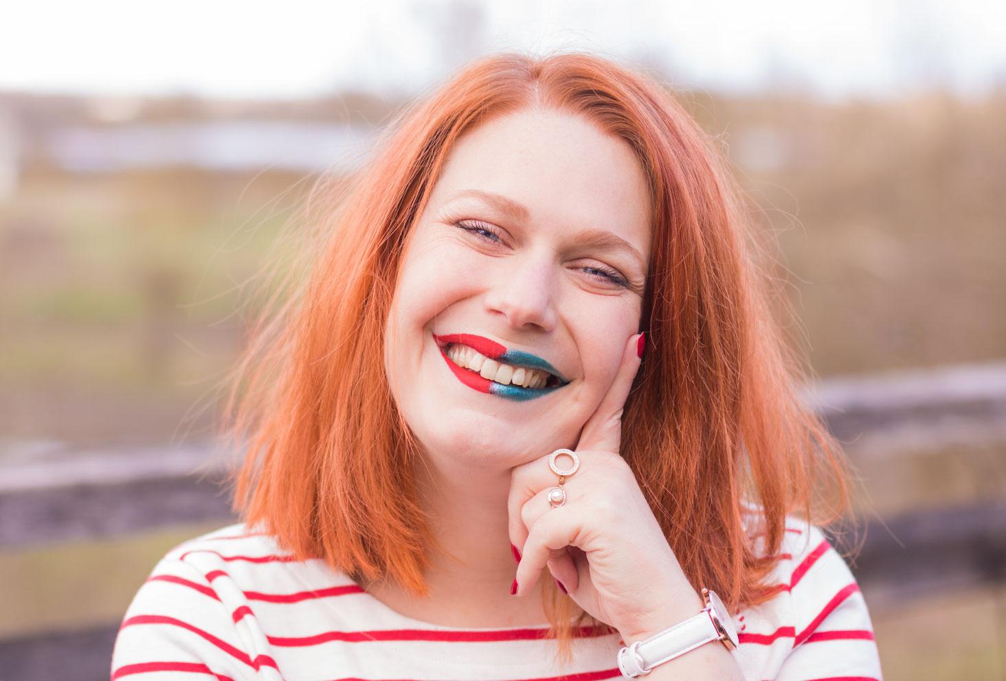 On prend le nouveau problème, l'indécision, avec le sourire bicolore bleu et rouge, le doigt en réflexion contre la joue
