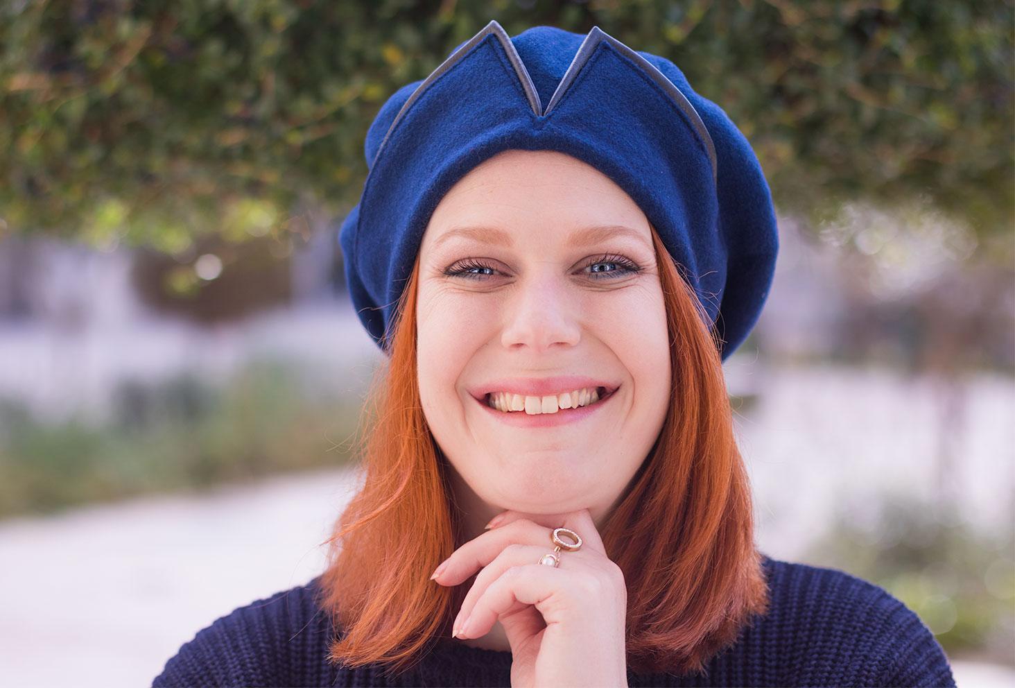 Portrait du béret bleu Falbalas avec le sourire