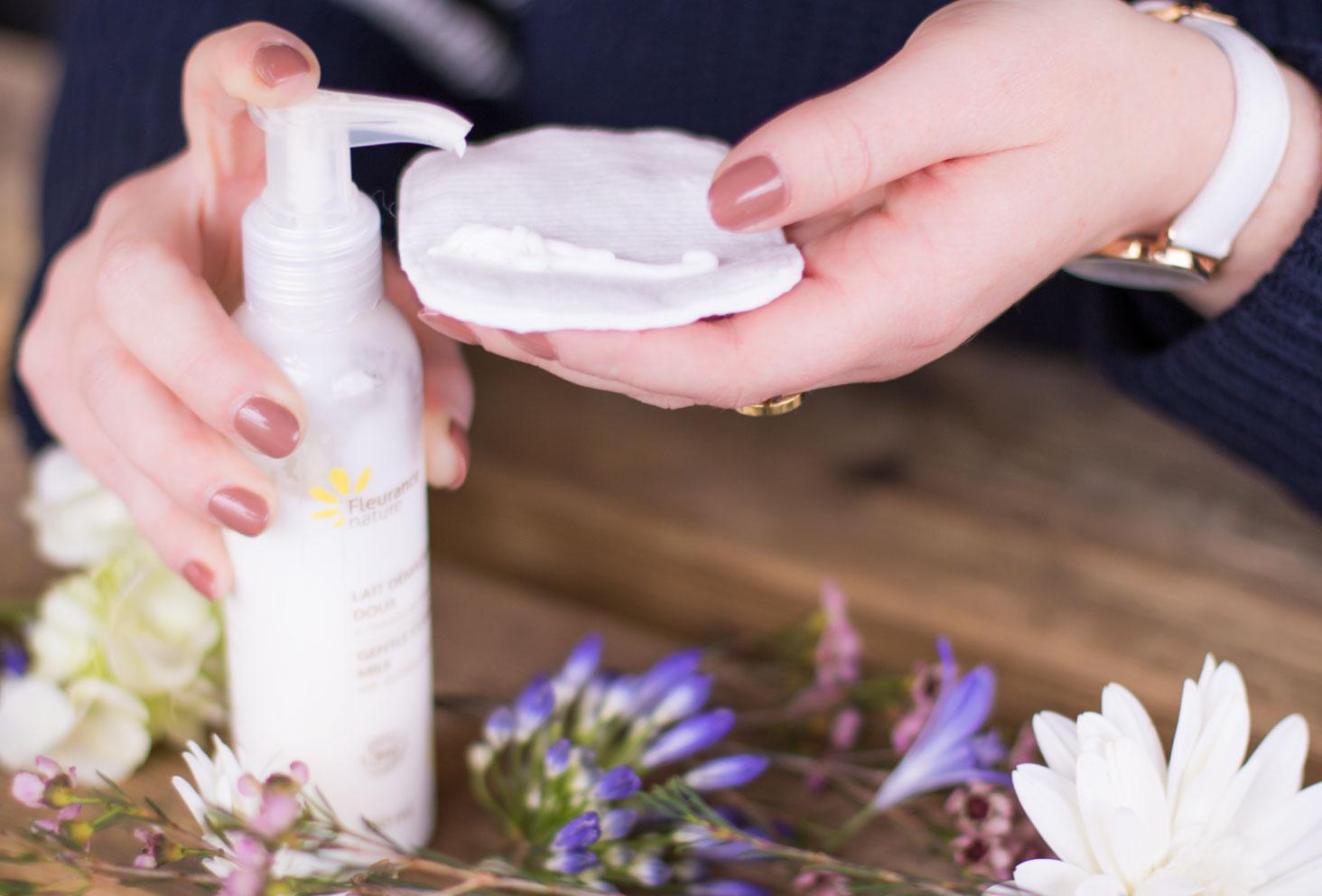 Utilisation du démaquillant doux aux infusions de bleuet de Fleurance Nature