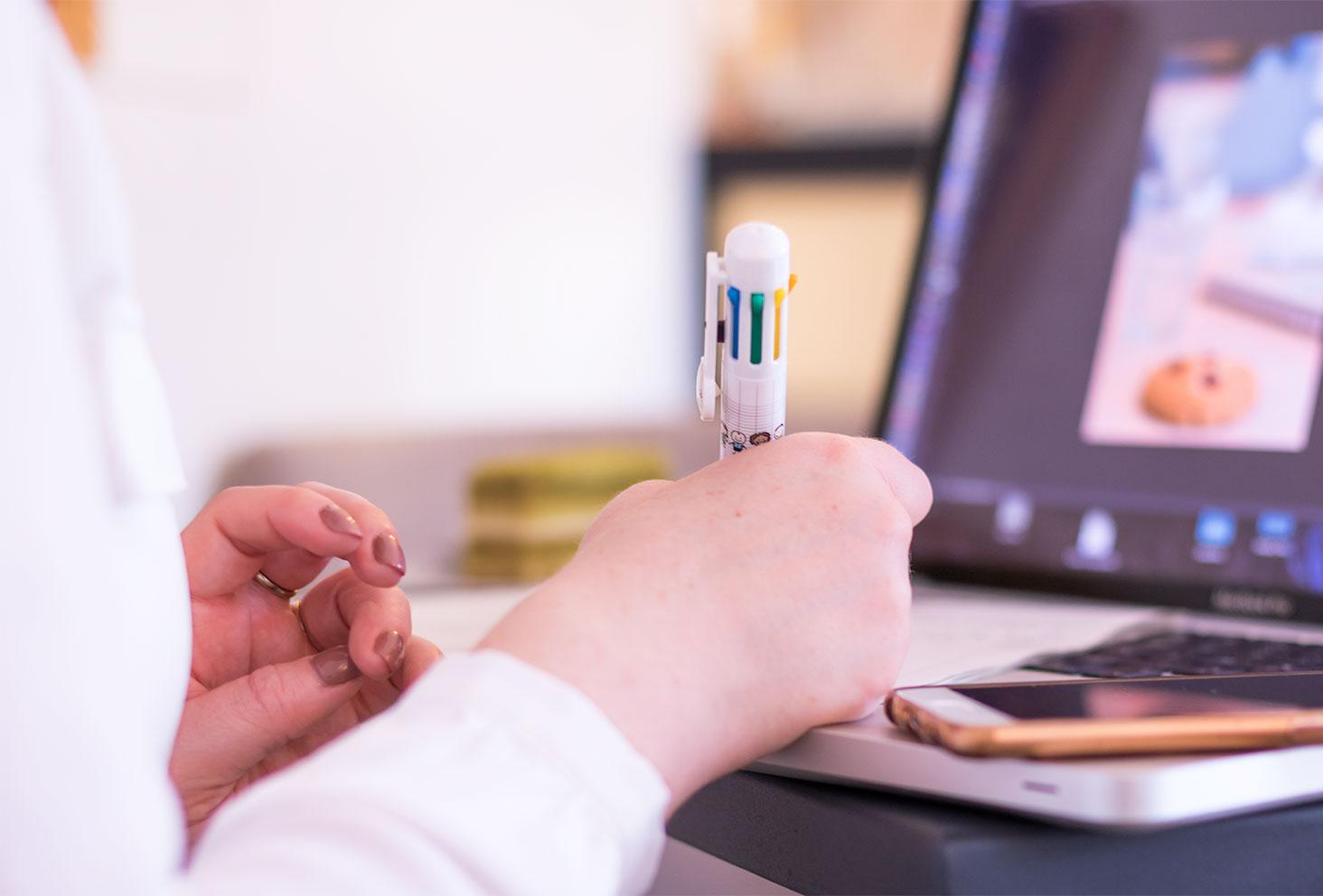 Entrain d'écrire mon second bilan de formation avec un énorme stylo multicolores