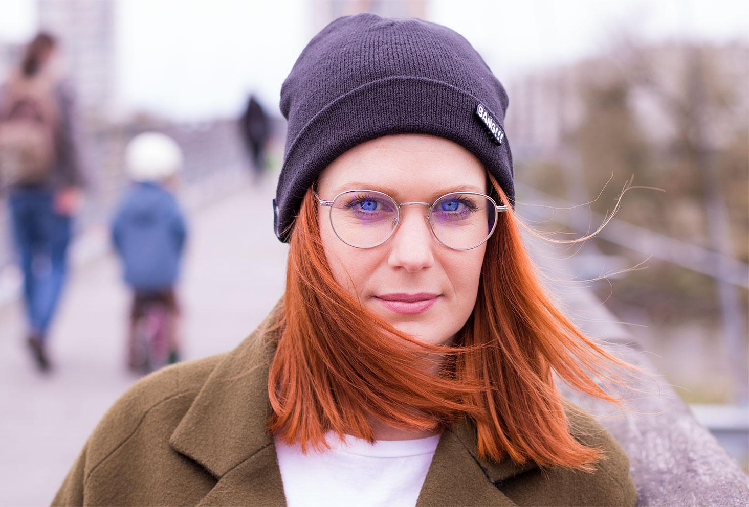 Bonnet noir et pin's BANG, lunettes vintage et manteau kaki street style