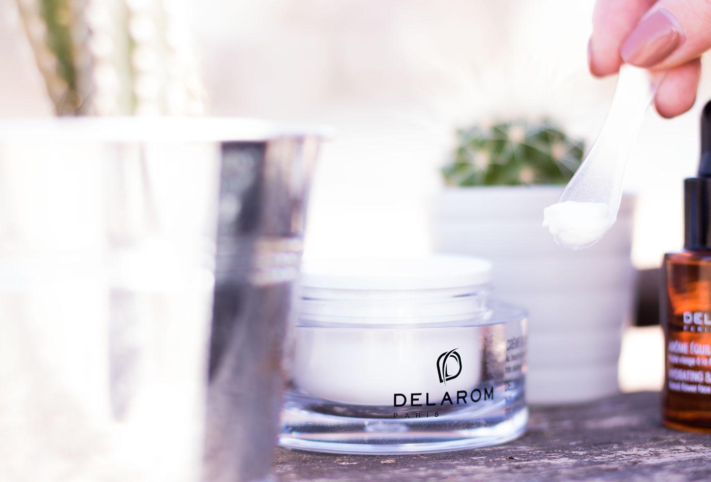 Utilisation de la spatule en plastique pour prélever la crème Riche Délice DELAROM Paris du pot en verre