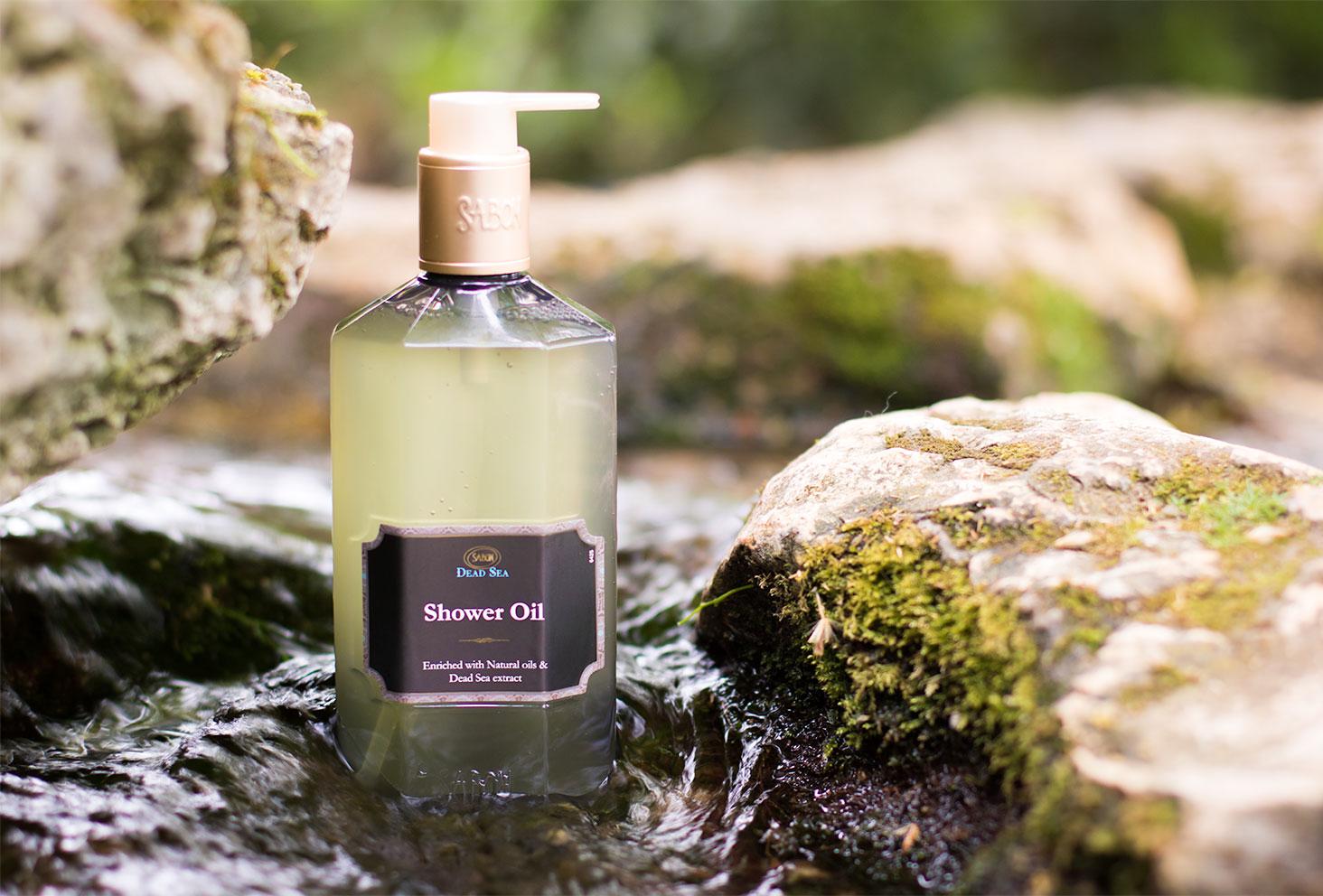 L'huile de douche Sabon dans l'eau au bord des rochers pour le top 3 des gels douche
