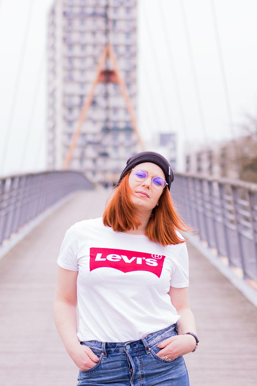 T-shirt Levi's pour un street style sur un pont suspendu devant des immeubles