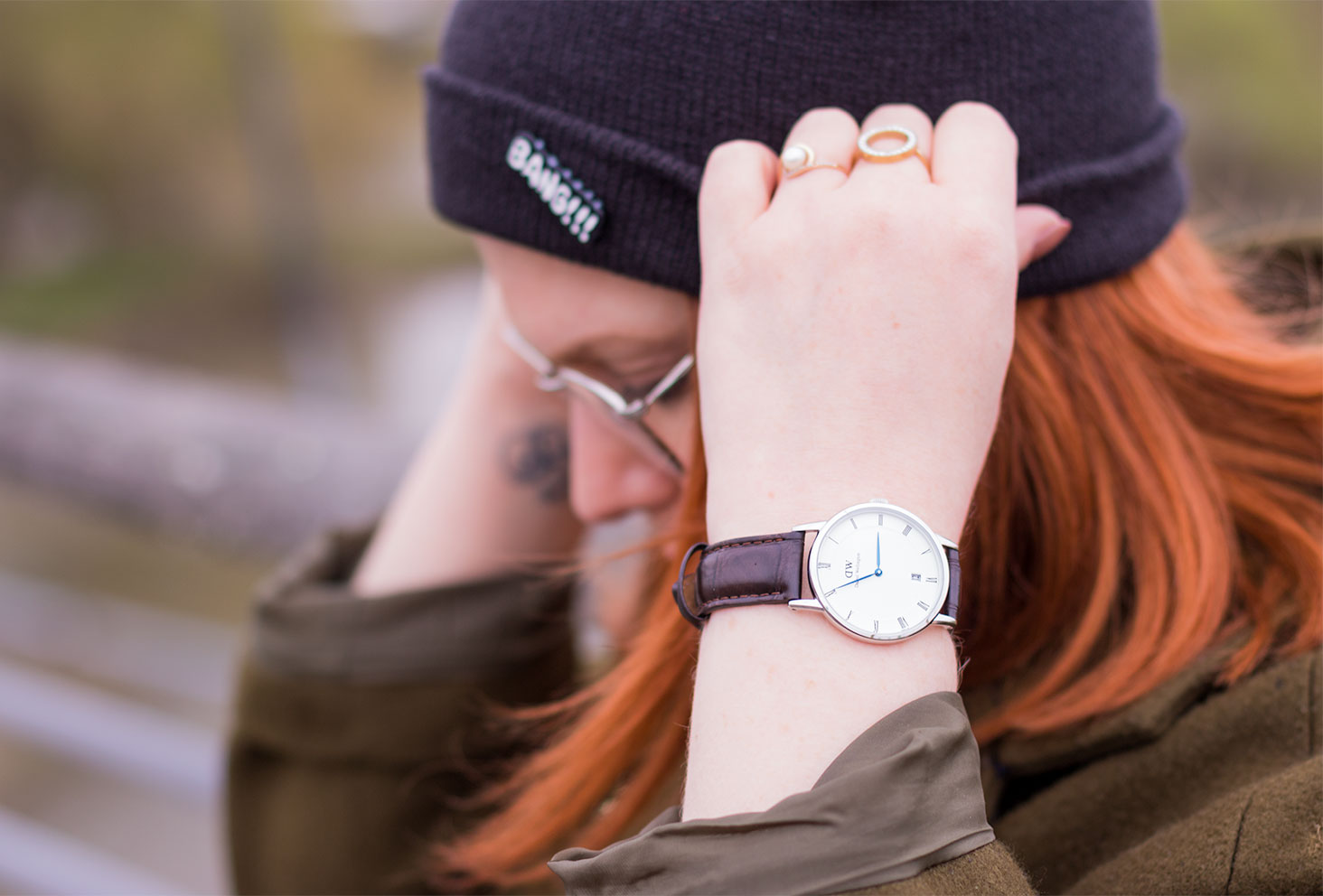 Zoom montre Daniel Wellington marron en street style