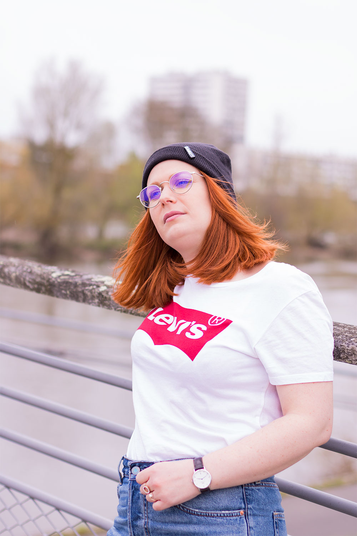 T-shirt Levi's blanc contre la rembarde du pont suspendu