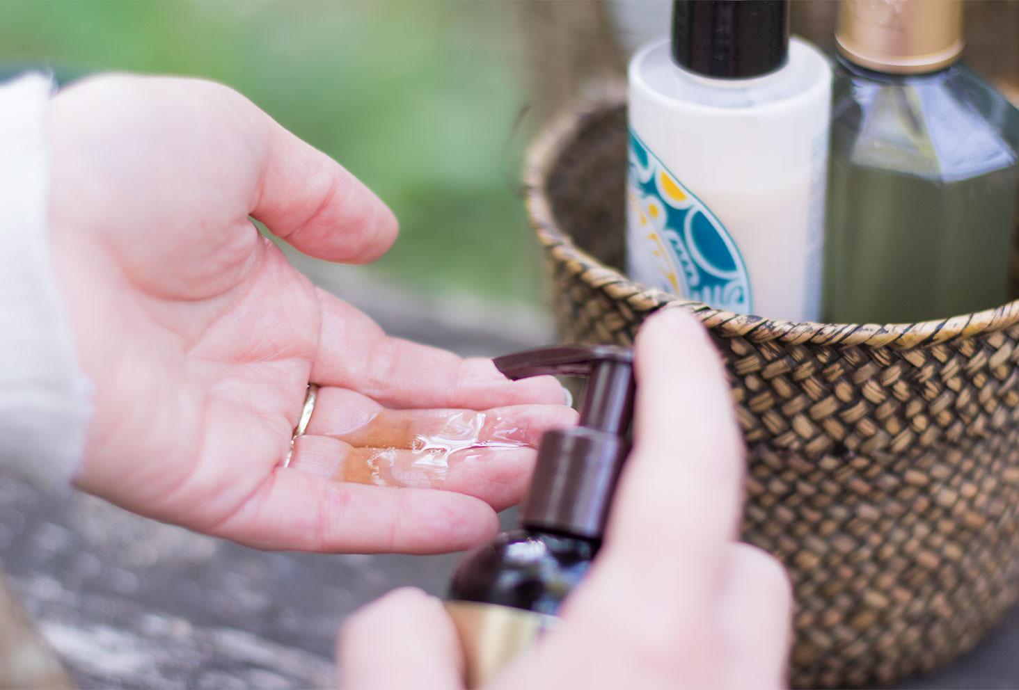 Texture de l'huile pour cheveux Macadamia Professional dans le creux de la main