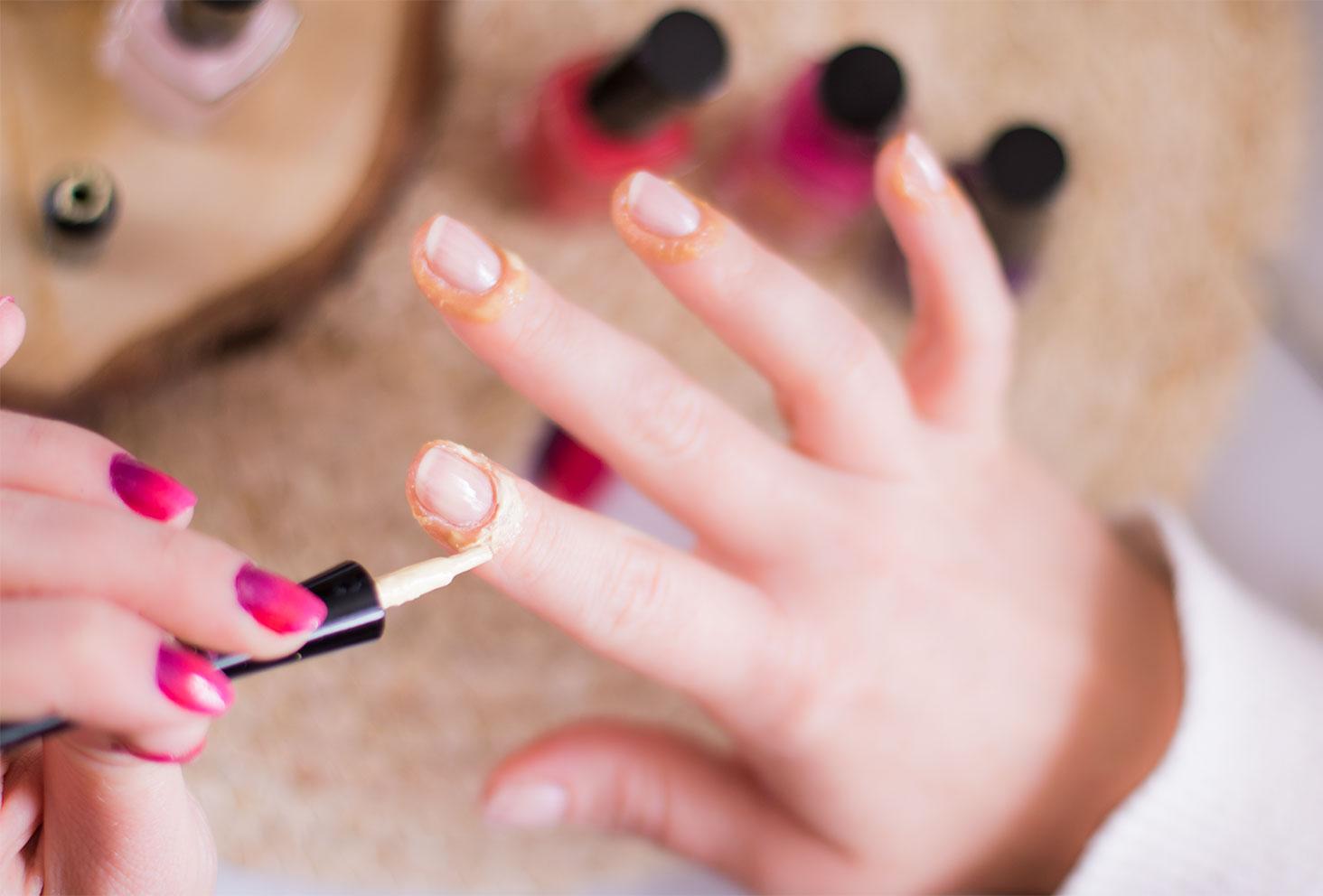 Application du Liquid Palisad pour protéger les contours des ongles à l'application du vernis