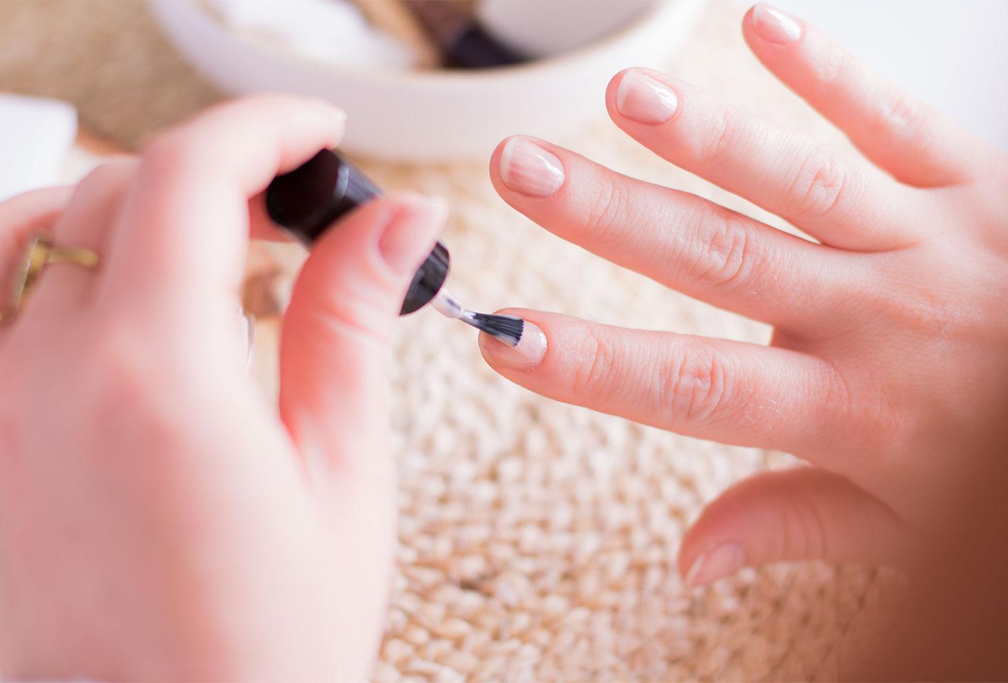 Application du vernis rose pâle SO'BiO étic sur l'ensemble des ongles
