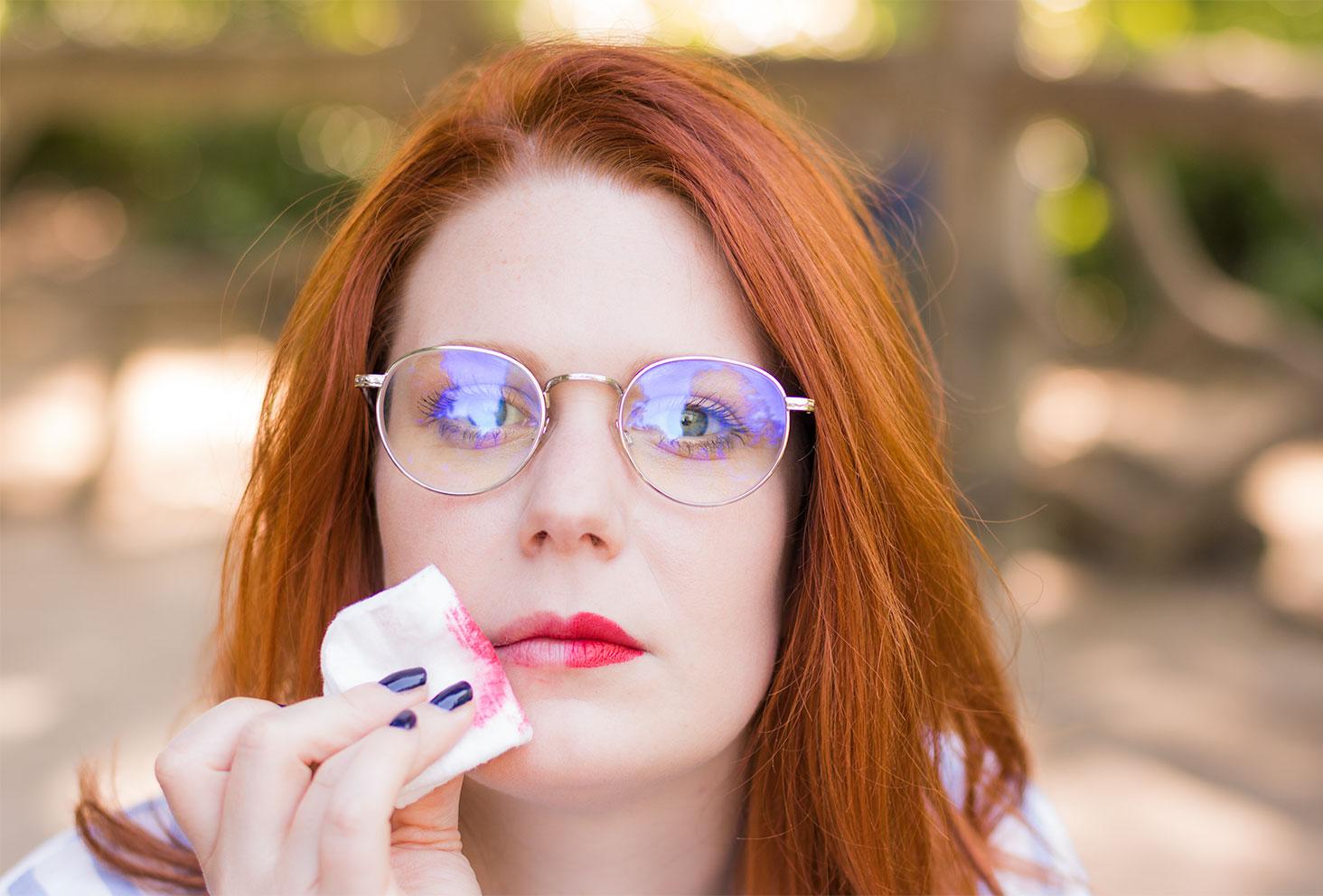 Démaquillage d'un rouge à lèvres rouge à l'aide d'un coton et de l'eau micellaire Skin Minute par Body Minute