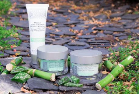 La gamma haute hydratation au bambou et aloe vera de Bernard Cassière posé sur un sol en ardoise au milieu des bambou et de l'aloe vera