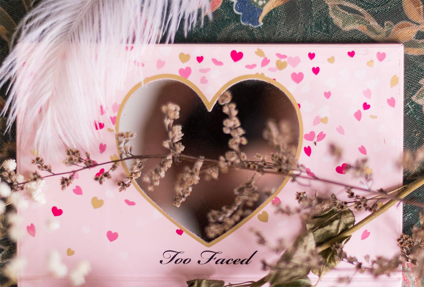 Zoom sur le miroir en forme de coeur de la palette Funfetti de Too Faced