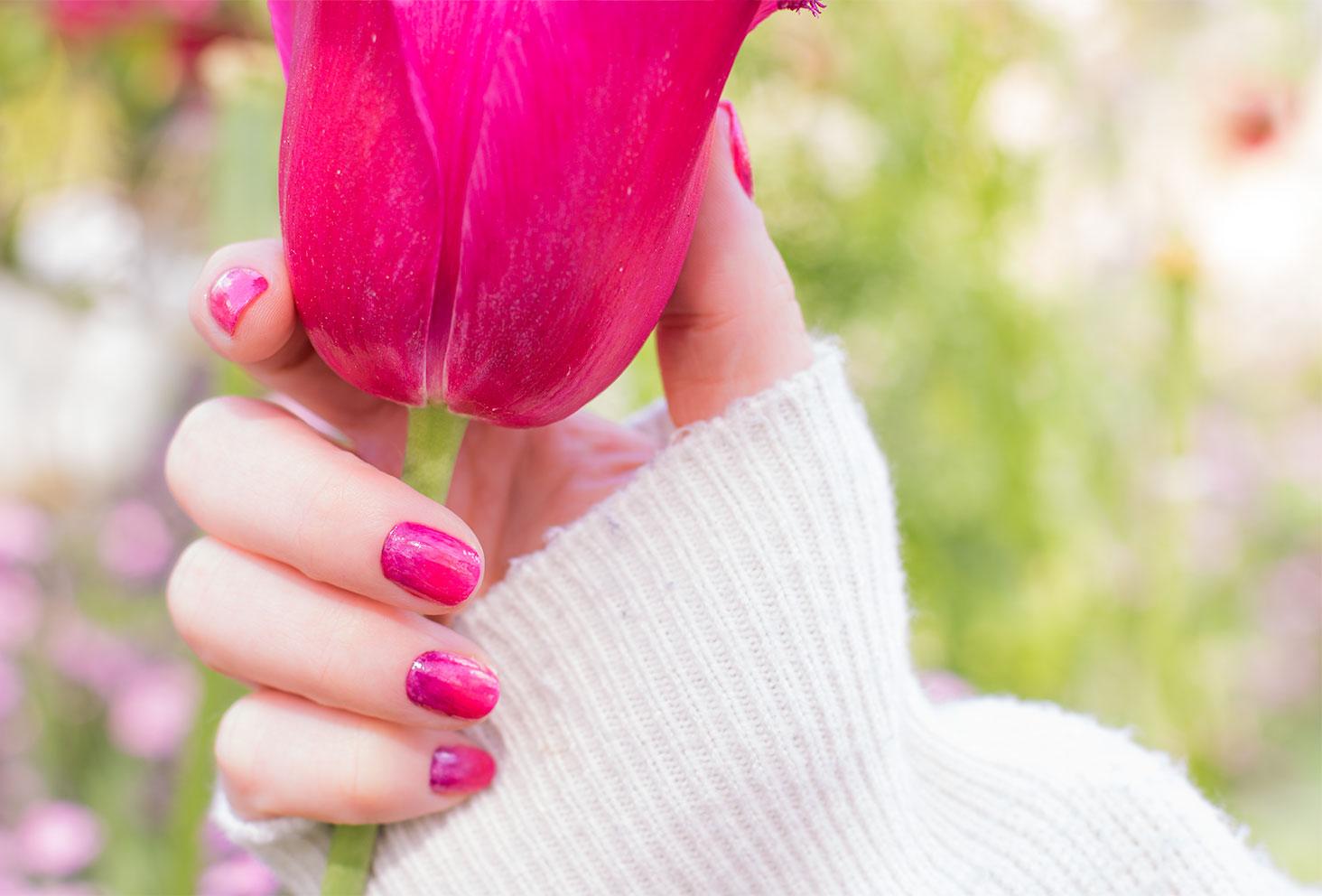 Résultat du nailart dégradé SO'BiO étic avec une tulipe rose dans les mains