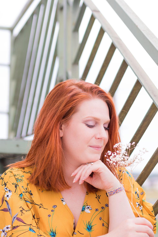 Résultat, les yeux fermés en extérieur, du make-up réalisé avec la palette Funfetti en accord avec les cheveux roux et une robe jaune moutarde