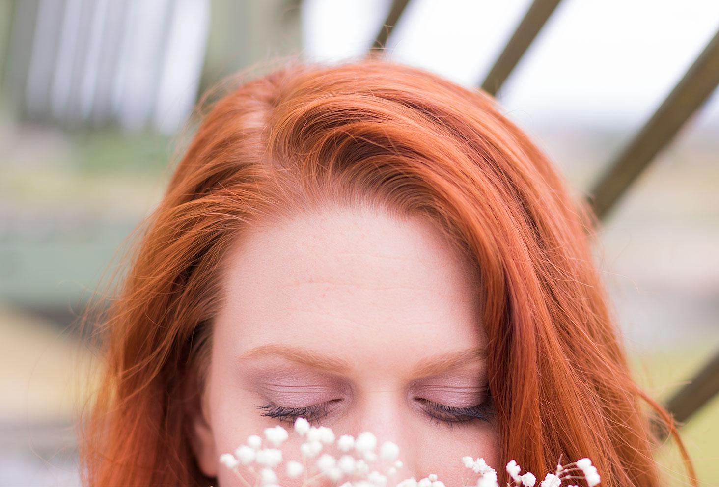 Résultat du tuto make-up, les yeux fermés, réalisé avec la palette Funfetti de Too Faced et des cheveux roux en extérieur