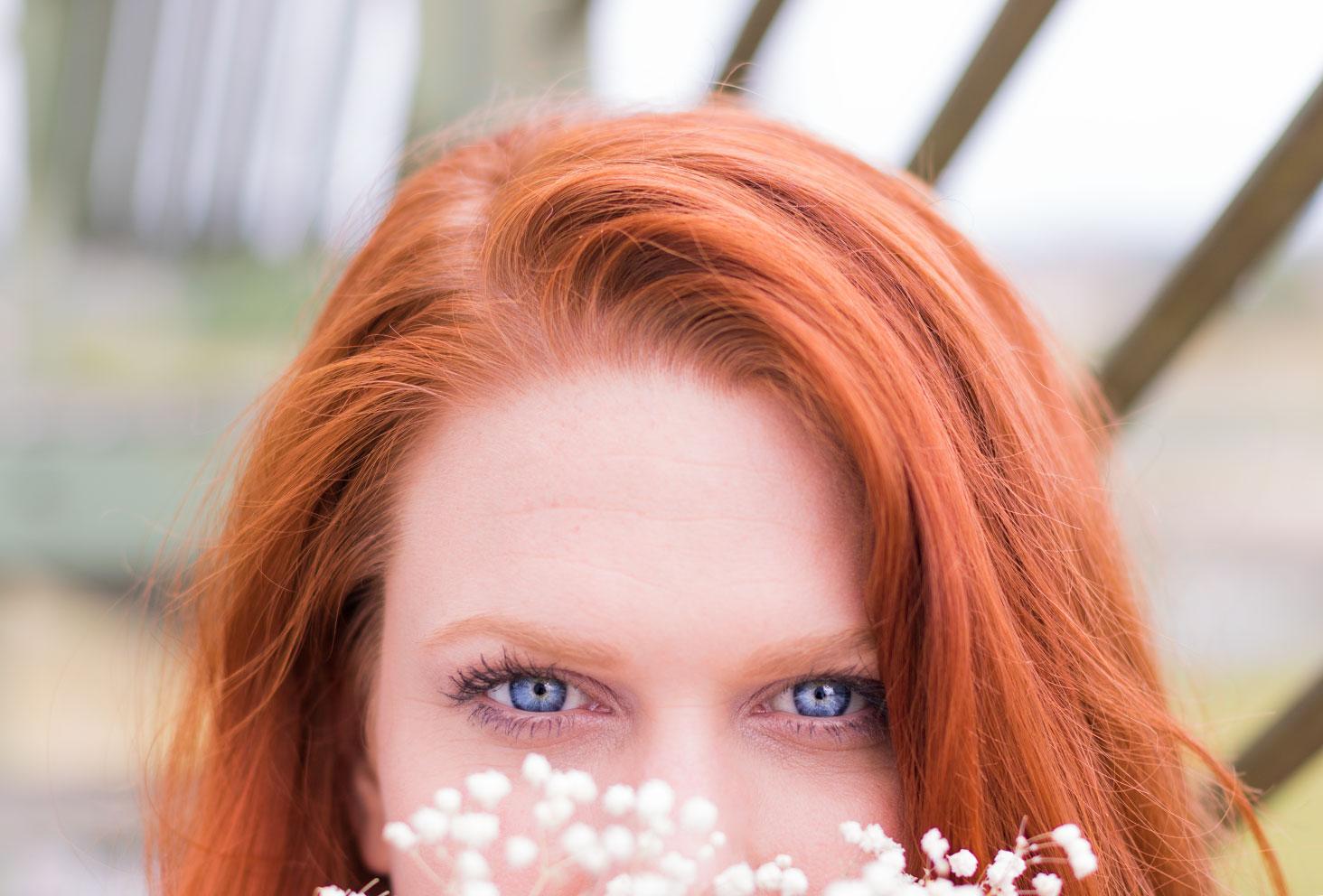 Résultat du tuto make-up réalisé avec la palette Funfetti de Too Faced sur des yeux bleu et cheveux roux en extérieur