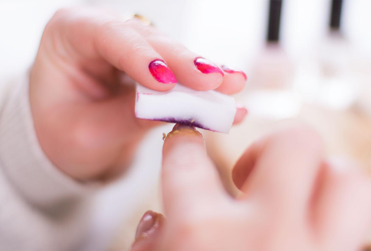 Tamponnage de l'éponge sur l'ongle pour création du nail art dégradé