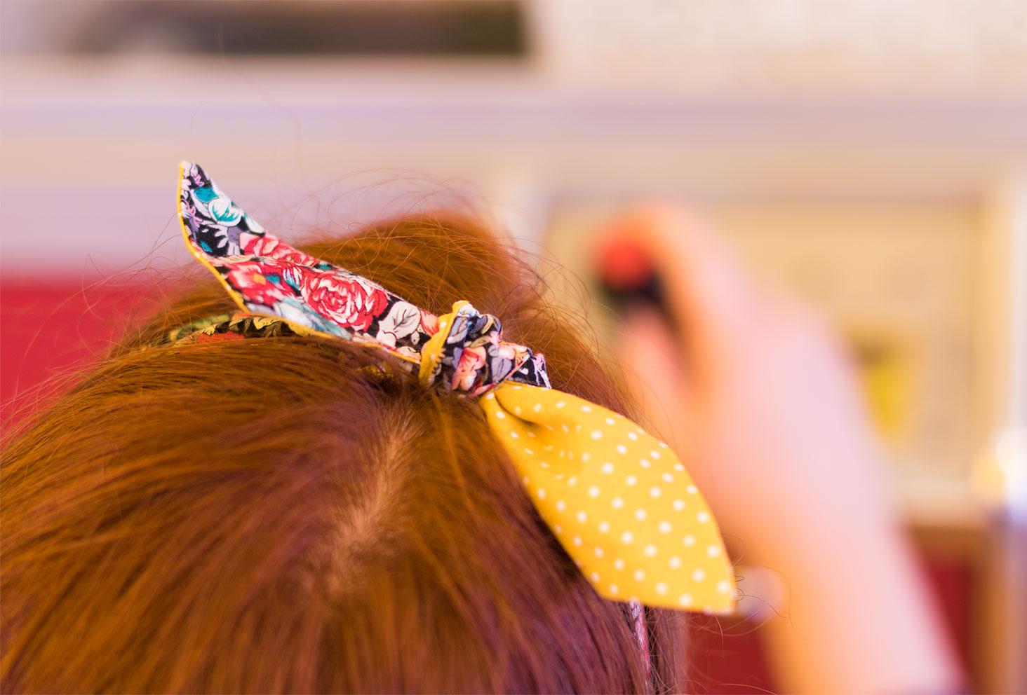 Zoom sur le noeud jaune et fleuri du bandeau La Morue