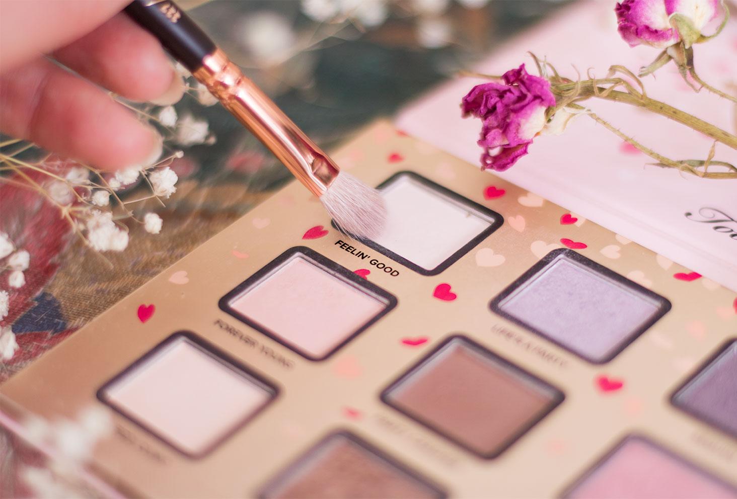 Zoom sur le fard 1, blanc, à utiliser pour le make-up avec la palette Funfetti de Too Faced