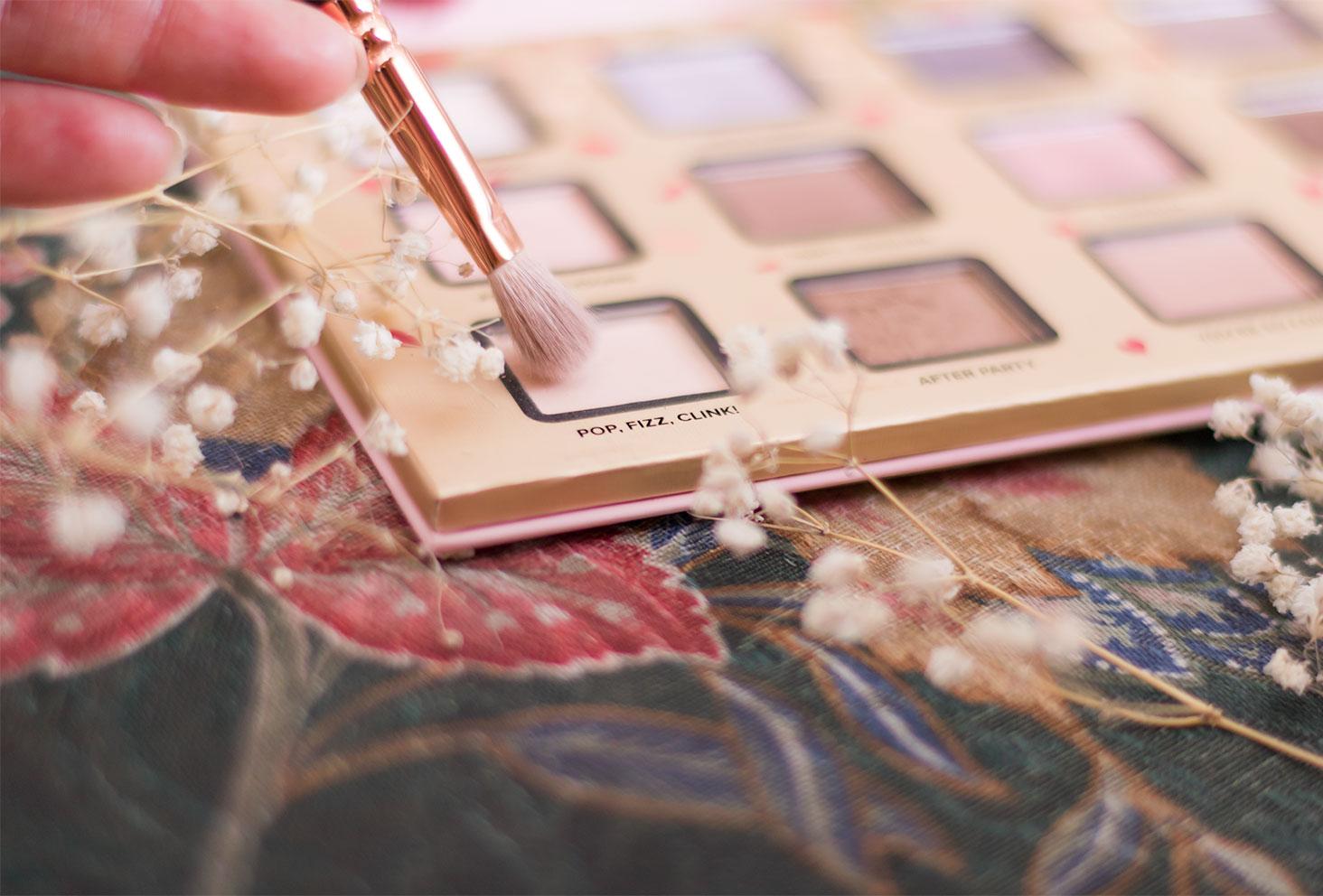 Zoom sur le fard 2, rose très clair, à utiliser pour le make-up avec la palette Funfetti de Too Faced