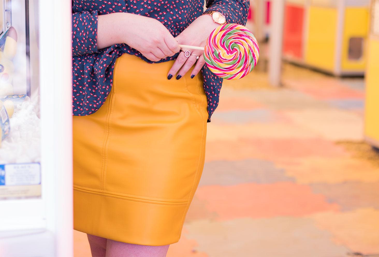 Zoom sur la jupe en simili cuir jaune moutarde à la fête foraine