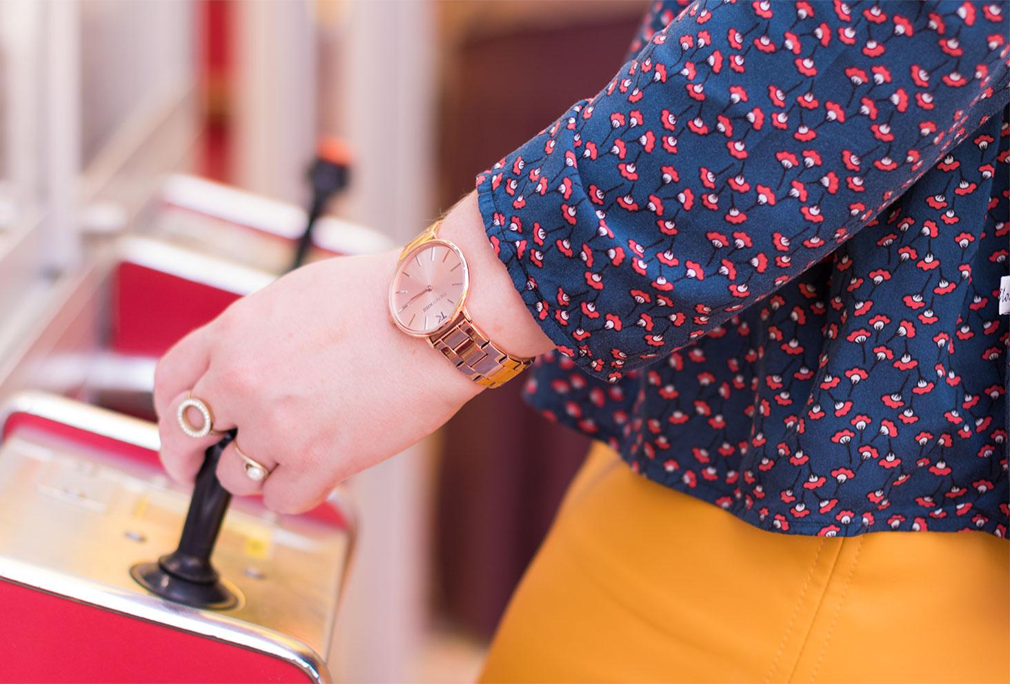 Zoom sur la montre rose gold Trendy Kiss la main sur le levier des machines à grappins