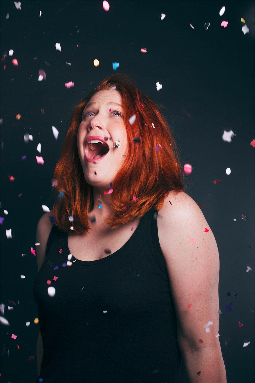 Photo studio sous les confettis multicolores