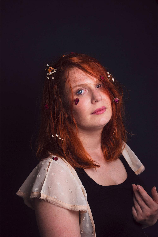 Photo portrait en studio avec des fleurs séchées dans les cheveux