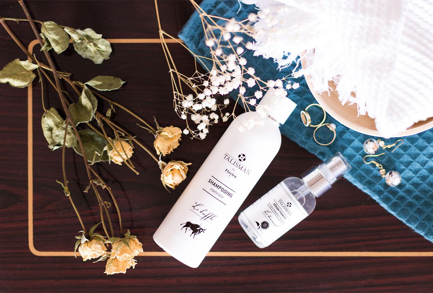 Les produits Talisman au milieu des fleurs séchées sur une table en bois